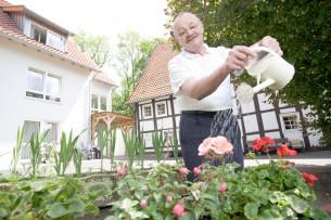 Die Senioreneinrichtungen des Kreises sind in der Region auf vier Häuser verteilt. Zusammen mit Brigitte Strätner entstanden diese situativen Portraits der jeweiligen Altenheime und ihrer Bewohner.  13 images